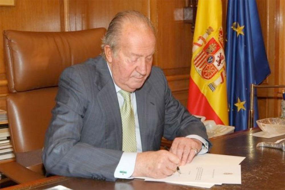 D. Juan Carlos rubrica el documento